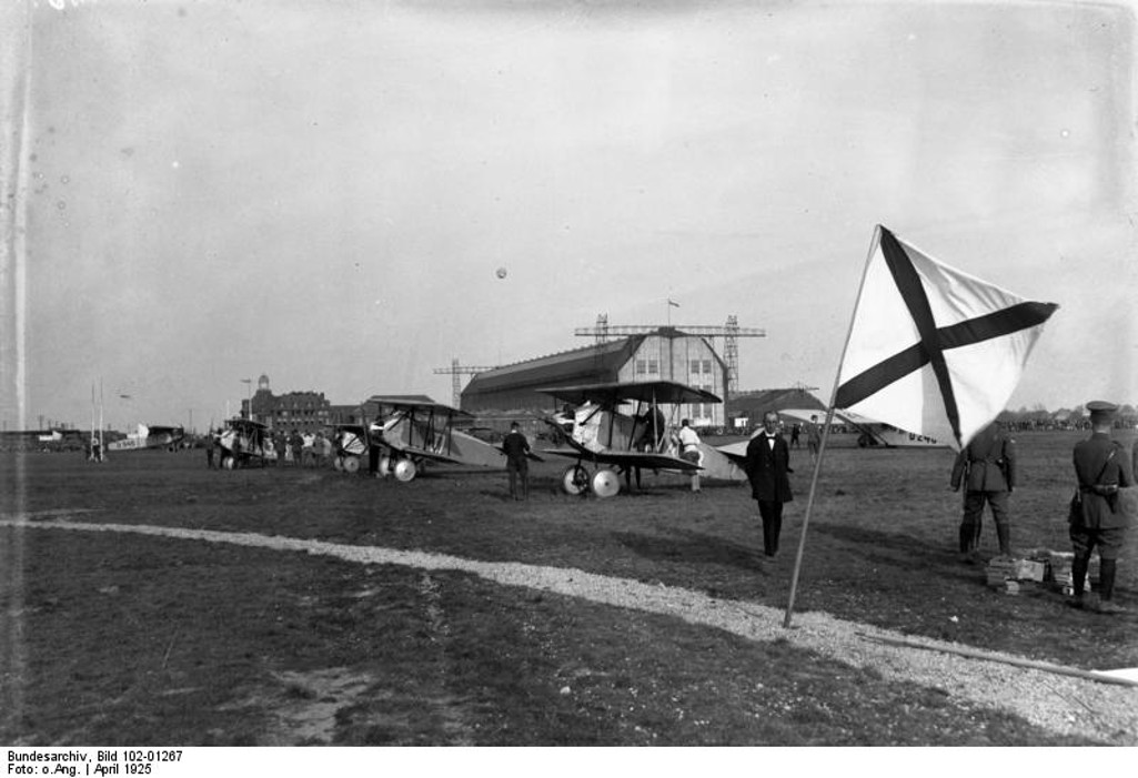 Aircraft demonstraction flight Staaken 1925, airship hangar