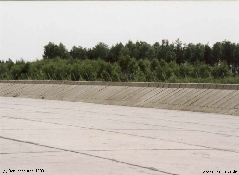 Ramp for 8 aircraft MiG-21 with blast fence, Forst Highway Strip
