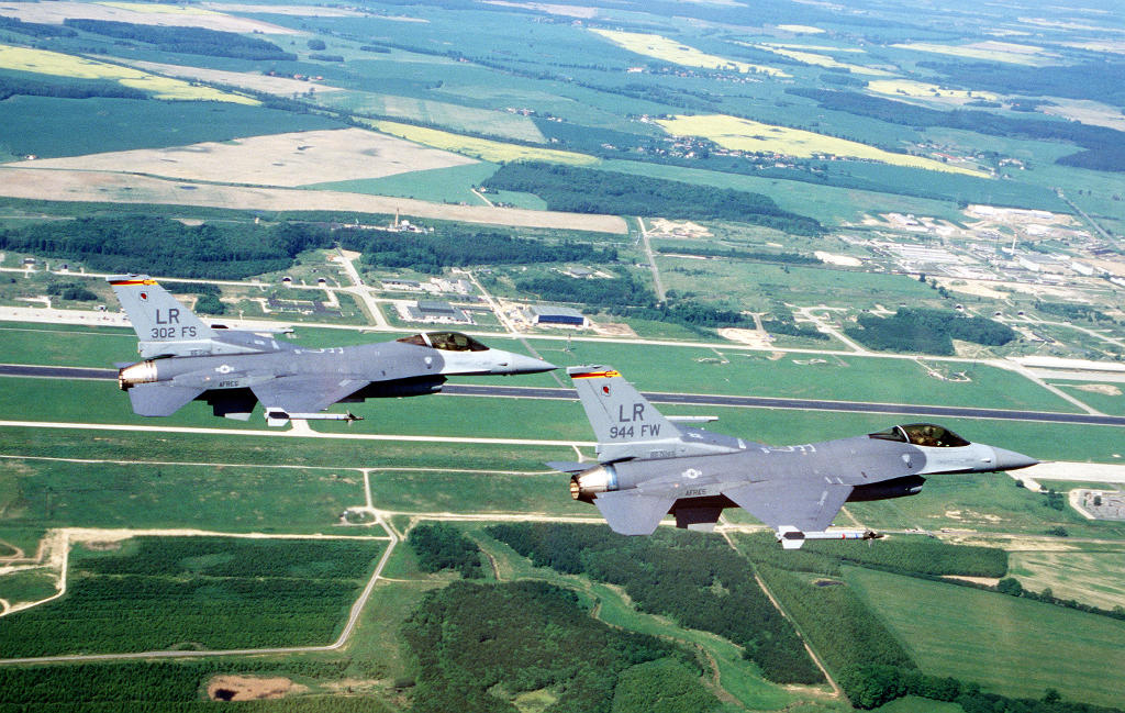 F-16 Fighting Falcons of the US Air Force Reserve over Laage in June 1996
