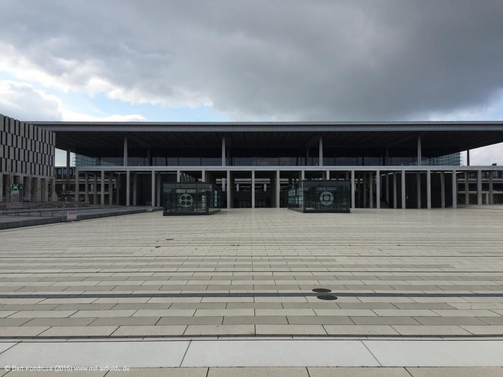 Berlin Brandenburg Airport: Willy-Brandt-Platz