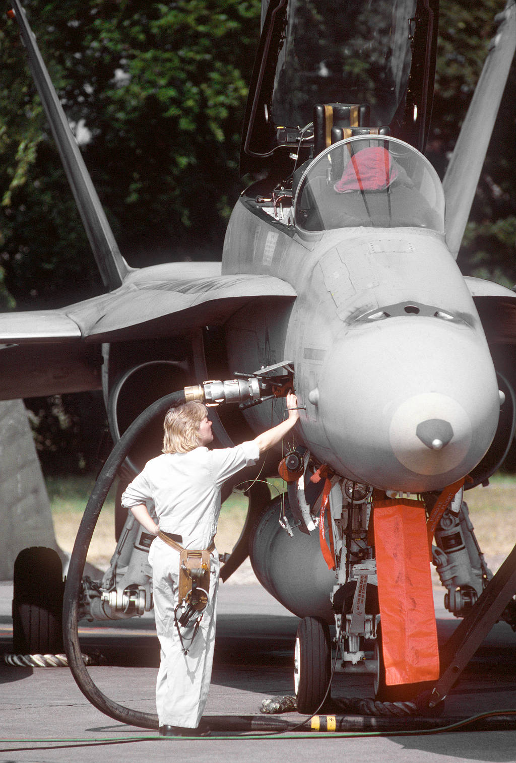 A member of the 409th Squadron refuels a CF-18 Hornet of the Canadian Forces at Söllingen airfield.
