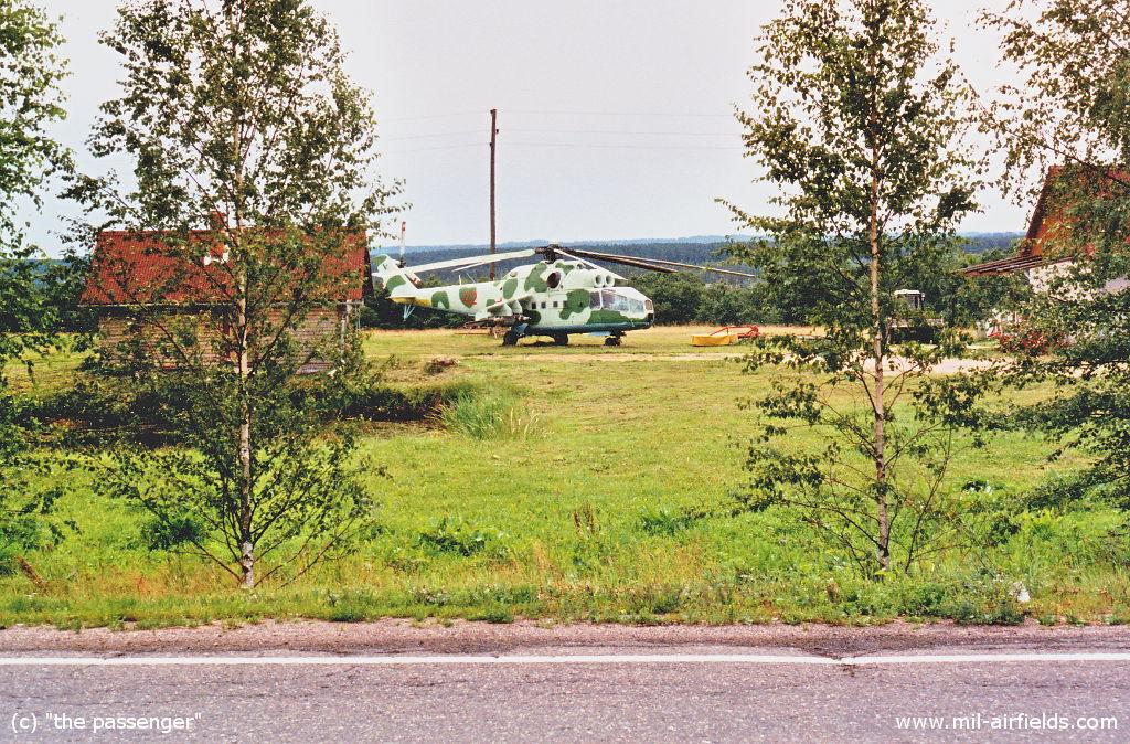 Hubschrauber Mi-24 in einem Vorgarten